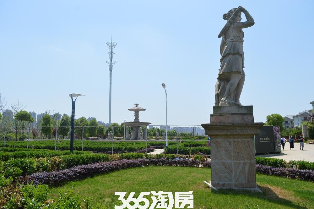 金科半岛壹号小区内部雕塑实景图(2017.8)